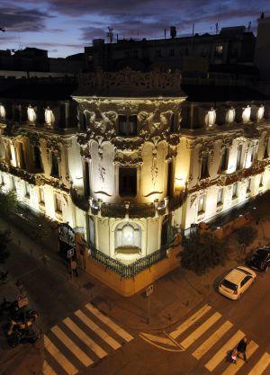 Fachada iluminada del edificio sede de la Sociedad General de Autores y Editores (SGAE) en Madrid.