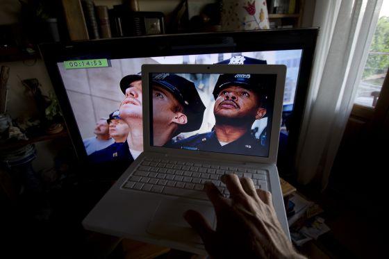 Un usuario ve una película pirateada en un ordenador.