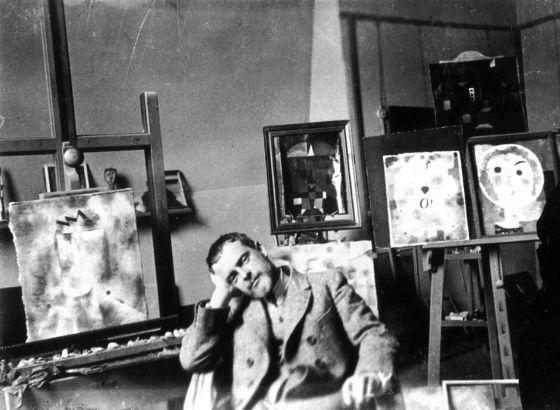 Paul Klee en su taller en Weimar en 1925.