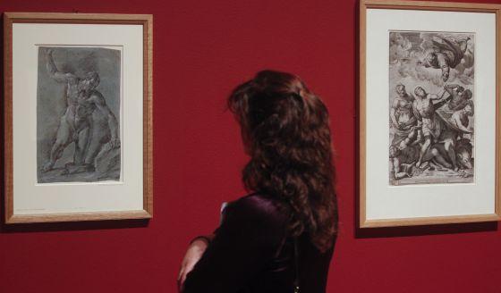 Una visitante de la exposición 'El trazo español en el British Museum', en el Museo del Prado.