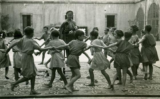 Alumnos del Instituto-Escuela de Barcelona durante una fiesta de fin de curso en 1932.