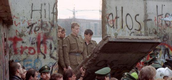 Policías de frontera de la Alemania del Este durante la caída del muro de Berlín en la puerta de Brandeburgo.