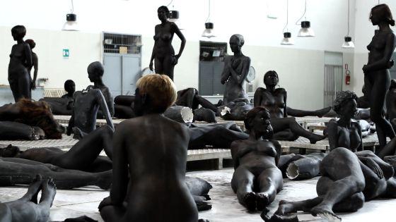 Un momento de la 'performance' titulada 'VB66', de Vanessa Beecroft, uno de los platos fuertes de la exposición 'Una idea de belleza'.
