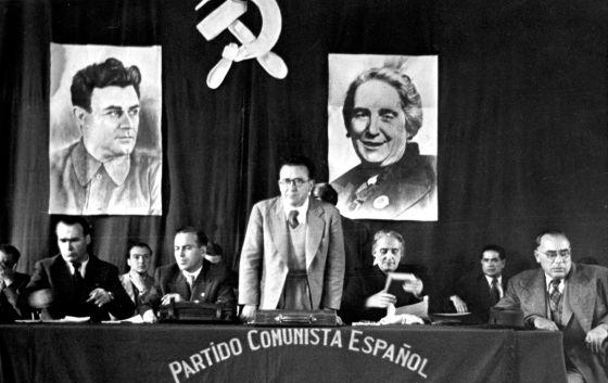 Santiago Carrillo, de pie, entre Enrique Líster, Francisco Antón, Dolores Ibárruri y Joan Comorera, en Toulouse en 1945.