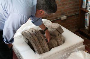 El arqueólogo Alejandro Sarabia muestra el hallazgo.