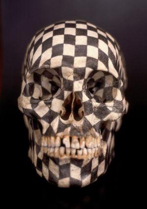 Pieza del artista mexicano Gabriel Orozco: cráneo humano pintado con grafito simulando un tablero de ajedrez.