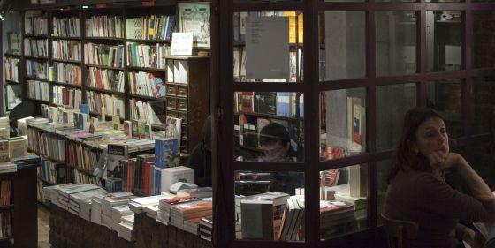 Entrada de la librería del café literario Clásica y Moderna de Buenos Aires.