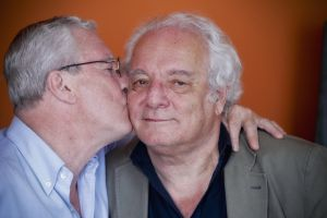 Jorge besa a Javier Reverte