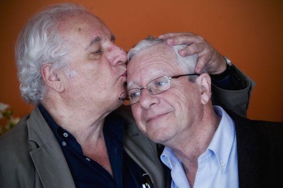 Javier Reverte besa a su hermano Jorge.