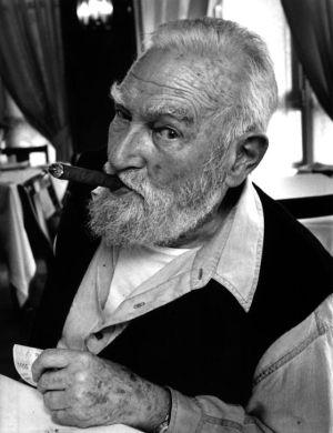 El escultor Jorge Oteiza fumando un puro, en una imagen de 1996.
