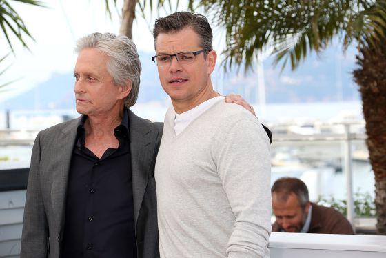 Michael Douglas (izquierda) y Matt Damon, en la presentación de 'Behind the candelabra' en Cannes.