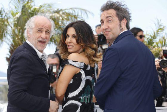 Los actores Toni Servillo (izquierda) y Sabrina Ferilli y el director Paolo Sorrentino, en Cannes.
