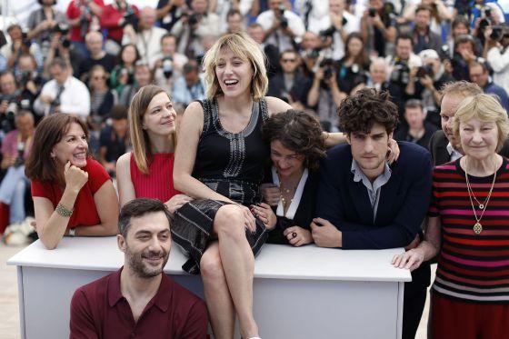 La actriz y directora italiana Valeria Bruni Tedeschi (centro), rodeada por el equipo de 'Un castillo en Italia': de izquierda a derecha, la guionista Agnes de Sacy, la actriz Celine Sallette, la guionista Noemie Lvovsky, y los actores Louis Garrel, Marisa Borini y (abajo) Filippo Timi.