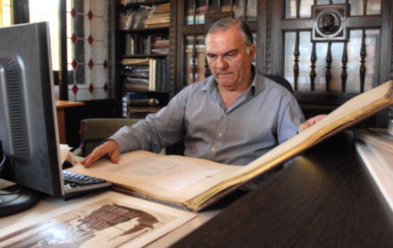 El coleccionista Juan Antonio Fernández Rivero, en su casa en Málaga.