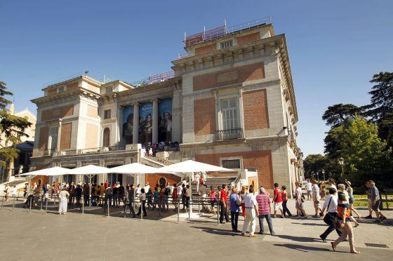 Cola de turistas en la taquilla de la puerta de Goya del Museo del Prado de Madrid.