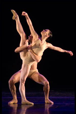 Dos de los bailarines del espectáculo.