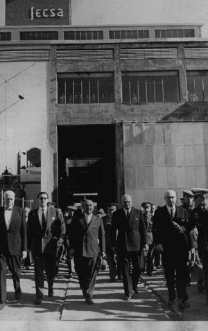 Visita del dictador Francisco Franco (tercero por la izquierda) a la sede de la compañía Fecsa, propiedad de Juan March.