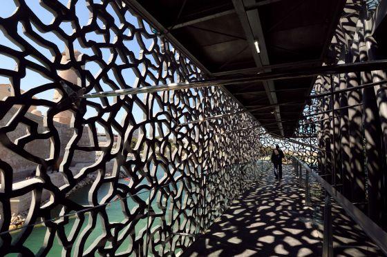 Una pasarela con celosías sobre el puerto de Marsella, símbolo visual del Museo de las Civilizaciones de Europa y del Mediterráneo.