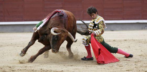 Joselito Adame, con su primer toro.