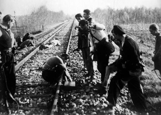 Partisanos durante una acción de sabotaje en la región italiana del valle del Po en 1944