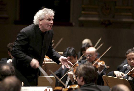 Sir Simon Rattle, dirigiendo la Filarmónica de Berlín en el Teatro Real