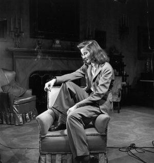Un retrato de la actriz, fumando sobre un sillón orejero.