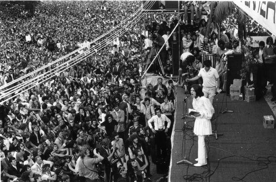 Mick Jagger lee una dedicatoria a Brian Jones en el concierto de los Rolling Stones en Hyde Park en 1969.