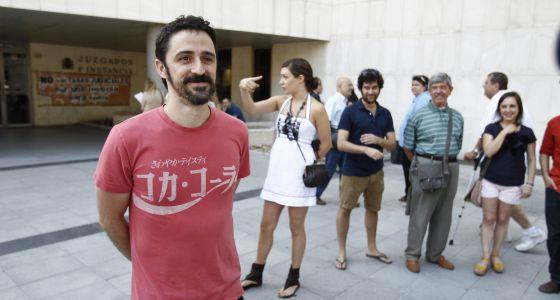 Eugenio Merino, escultor de 'Always Franco', frente al juzgado de Primera Instancia número 26, con sus simpatizantes al fondo.