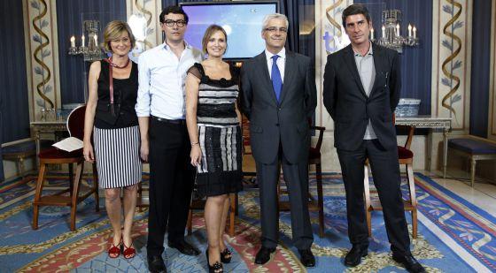 La soprano Ainhoa Arteta (en el centro), junto a los responsables de TVE y del Teatro Real, en la presentación de 'El Palco'.