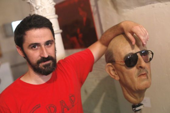 Eugenio Merino posa con su obra 'Punching', que presentó en la muestra organizada en su apoyo por la Plataforma Artistas Antifascistas en un local de Vallecas del 5 al 7 de julio.