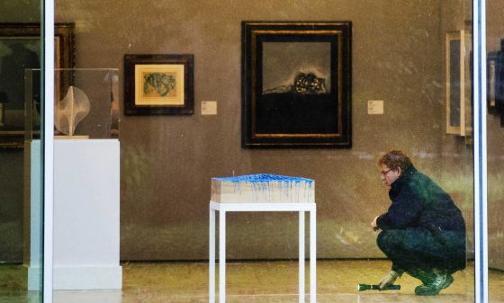 Un investigador de la policía holandesa inspecciona una de las salas del Kunsthal de Rotterdam.