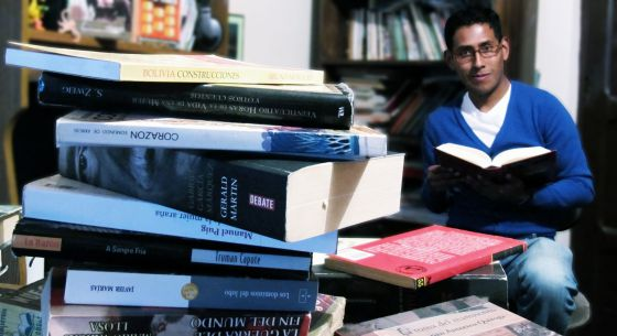 El escritor boliviano Mauricio Rodríguez, rodeado de libros en su casa.