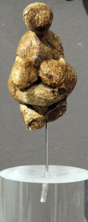 Abajo, estatuillla prehistórica en el Museo de la Evolución Humana