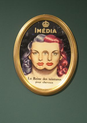 La publicidad y los objetos, a caballo entre la verdad y la mentira, son protagonistas en la muestra de Burgos.