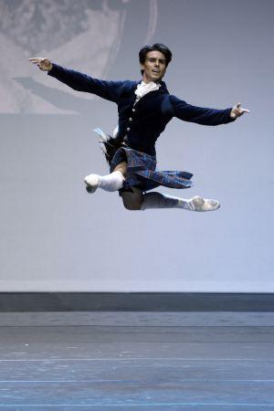 El bailarín Joaquín de Luz vistiendo el traje que utilizó Nureyev para 'La Sylphide'