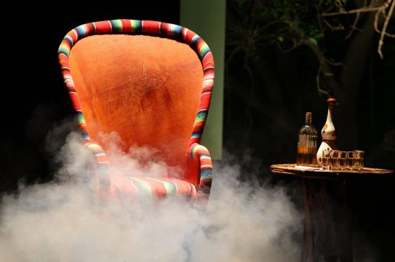 Una silla en el escenario para Chavela Vargas.