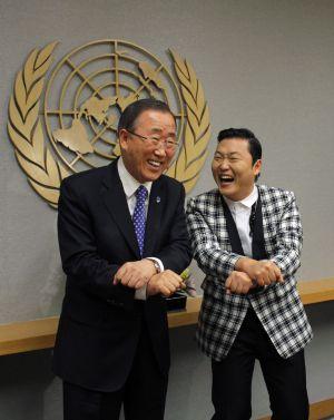 PSY y Ban Ki-moon ensayan la coreografía en octubre de 2012 en la ONU.