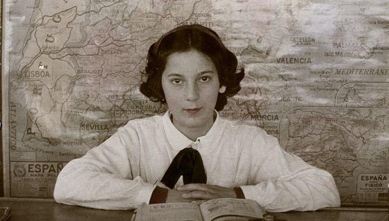 Una estudiante de Vivero (Lugo) al inicio del curso 1945-46.