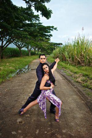 Bailarines colombianos bailan salsa en Cali, en una plantación de caña de azúcar.