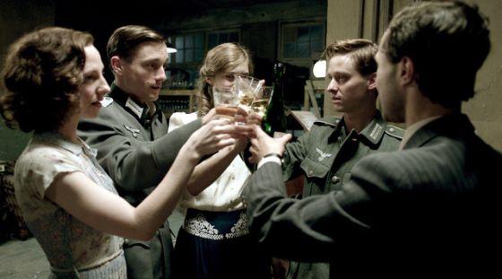Los cinco personajes principales de 'Hijos del Tercer Reich', en una escena del primer capítulo.