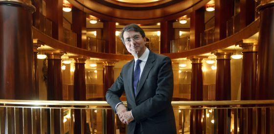 El exdirector del Teatro Real, Gerard Mortier, fotografiado en el vestíbulo del coliseo madrileño en 2008.