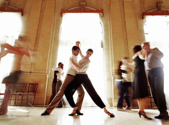Parejas bailando durante una lección de tango.