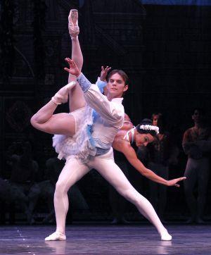 Viengsay Valdés y Víctor Estévez, en el tercer acto de 'Coppélia'.