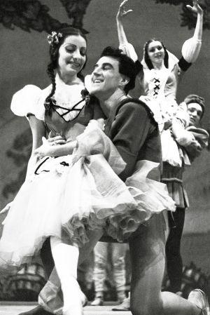 Alicia Alonso en su debut como Giselle en 1943, acompañada por Antón Dolin. Ballet Theatre, Metropolitan Opera House , Nueva York.