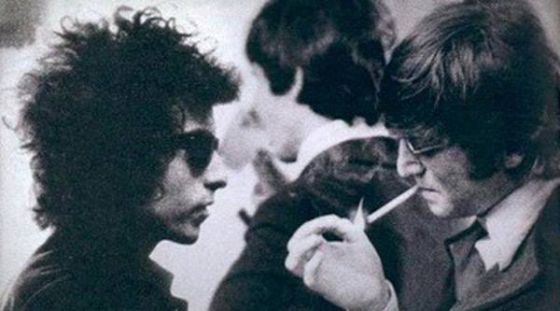 Bob Dylan y John Lennon, durante uno de sus encuentros en las giras americanas de The Beatles.