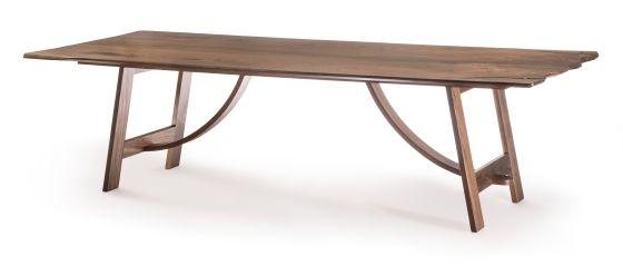 Mesa de nogal europeo diseñada por el taller Arkaia.