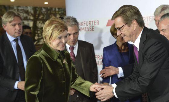 El ministro de Asuntos Exteriores alemán, Guido Westerwelle, saluda a la ministra brasileña de cultura, Marta Suplicy, junto al director de la Feria del Libro, Juegen Boos (detrás a la izquierda).