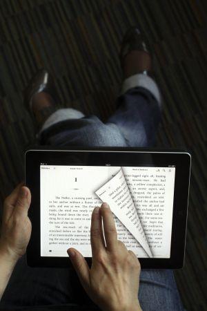 Una persona lee un libro en un iPad.