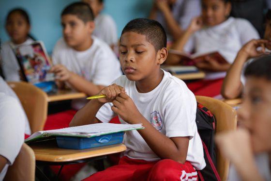 Estudiantes de la Carlos A. Mendoza, en San Miguelito, escuchando el relato de un compañero de curso.