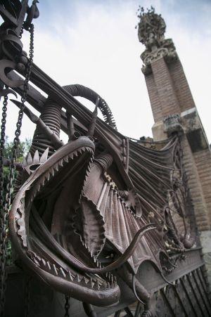 Detalle de la puerta de la Casa Güell, el primer trabajo de Antoni Gaudí para la familia